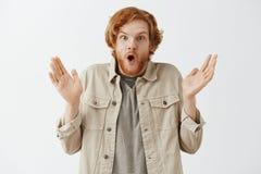 W górę strzału ekspresyjny, budzący emocje imponujący rudzielec samiec model z brodą mówi i wow brać i obrazy stock