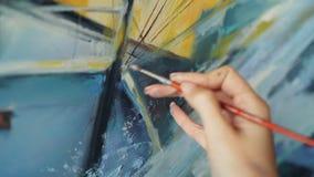 W górę strzału kobiety ręki mienia muśnięcie i mieszać kolory na palecie wtedy maluje obrazek w nafcianych farbach artystyczny zbiory