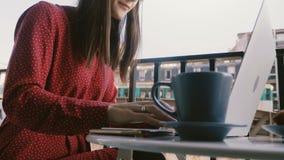 W górę strzału, kreatywnie bizneswoman używa laptop na śniadaniu przy idyllicznym Paryskim cukiernianym balkonem z wieża eifla wi zbiory