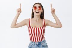W górę strzału modny atrakcyjny dorosłej kobiety model w wierzchołku paskującym z czerwienią i kapitałce przyglądającej w górę ro zdjęcie stock