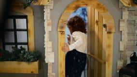 W górę strzału przy studiiem Mała dziewczynka wchodzić do dom i zamyka drzwi póżniej zbiory