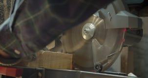 W górę strzału ręki męski starszy cieśla rzeźbi drewno z headsaw w małych kwadraty przy manufakturą zdjęcie wideo
