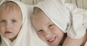 W górę szczęśliwych małych dzieci po prysznic zdjęcie wideo