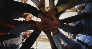 W górę szczęśliwych różnorodnych dorosłych ludzie biznesu łączy ręki wpólnie Drużynowy duch przy nowożytnym wieloetnicznym loft b zbiory