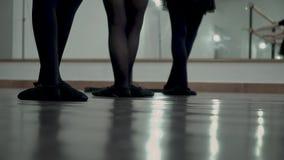 W górę tancerza w czarnych mieszkaniach Tancerze próbują utrzymywać w górę baletniczej pozycji nogi zbiory