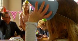 W górę uśmiechniętej ślicznej dziewczyny jest ubranym urodzinową nakrętkę 4k zbiory wideo