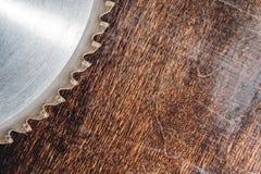 W górę używać ostrza kurenda zobaczył na tle drewniany stołowy Verscak Warsztat dla produkcji drewniany obrazy royalty free