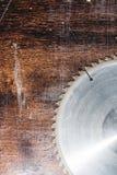 W górę używać ostrza kurenda zobaczył na tle drewniany stołowy Verscak Warsztat dla produkcji drewniany zdjęcie royalty free