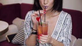 W górę usta mody kobiety wzorcowy pije świeży koktajl używać słomiany trzymać szklany rękami zdjęcie wideo