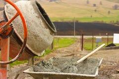 w górę wheelbarrow zamknięty betonowy melanżer zdjęcie royalty free