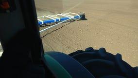W górę, widok od taksówki kultywator, ciągnik na dużych kołach orze, brony ziemia z wielkim metalu pługiem, podwyżki zdjęcie wideo