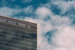 W górę widoku abstrakcjonistyczna powierzchowność Narody Zjednoczone kwatery główne w środek miasta Manhattan Miasto Nowy Jork zdjęcia stock