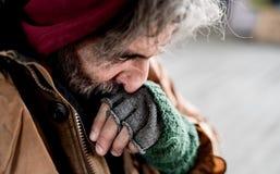 A w górę widoku bezdomny żebraka mężczyzna stoi outdoors w mieście obrazy stock
