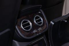 A w górę widoku część wnętrze nowożytny luksusowy samochód z widokiem dwa tyłów wentylacji chromu środkowego round obraz stock