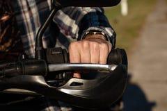 W górę widoku na rowerzysta ręce obrazy royalty free