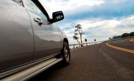 W górę widoku pickup samochodu na Ciężkiej drodze zdjęcie stock