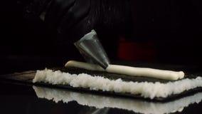 W górę widoku proces narządzanie rolki suszi Szef kuchni w rękawiczkach narzuca od ciasto torby kremowy plombowanie na prześciera zbiory