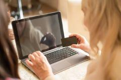 W górę widoku starsza kobieta używa kartę kredytową dla online zakupy fotografia royalty free
