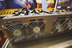 W górę widoku wyposażenie dla bitcoin cryptocurrency kopalnictwa gospodarstwa rolnego, urządzenia elektroniczne z fan, pojęcie gó obraz stock
