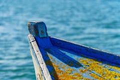 W górę wietrzejącego łódź przodu z liszajami obraz stock