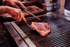 W górę wizerunku kulinarny wyśmienicie mięsny stek na grillu fotografia stock