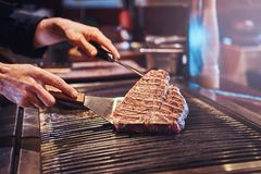 W górę wizerunku kulinarny wyśmienicie mięsny stek na grillu obrazy royalty free