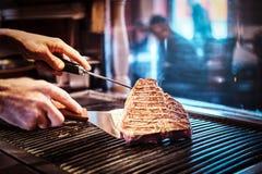 W górę wizerunku kulinarny wyśmienicie mięsny stek na grillu obraz stock
