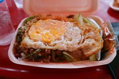 W górę wizerunku smażący ryż z basilem, wieprzowina, smażący jajko w piany pudełku zdjęcie royalty free