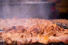 W górę wyśmienicie piec na grillu shish kebabu na skewers z dymem fotografia stock