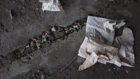W górę zmiętych książkowych stron kłama na betonowej podłodze zaniechany budynek Wina szkło spada podłoga i zdjęcie wideo