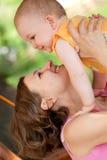 w górę dziecko chwyt jej matka Fotografia Royalty Free