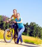 w górę wioska spaceru dziewczyny rowerowy wzgórze Obraz Royalty Free