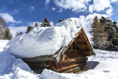 W Górach drewniany Dom Drewniany dom w zimy zimy lasowego wakacje wakacyjnym drewnianym domu w górach zakrywać z s zdjęcia stock