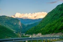 W górach jest wiatrowy gospodarstwo rolne Zdjęcia Stock