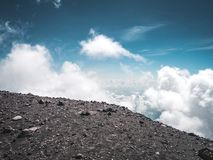 W górach na wulkanie nad chmury zdjęcie royalty free