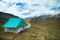 W górach obozowi podróż namioty zdjęcia stock