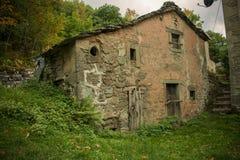 W górach zaniechany dom Fotografia Royalty Free