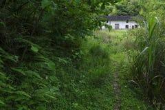 W górach zaniechany dom zdjęcie royalty free