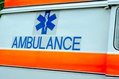 W g?r? Ambulansowego logo na samochodzie fotografia stock