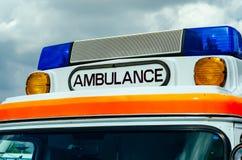 W g?r? Ambulansowego logo na samochodzie obraz stock