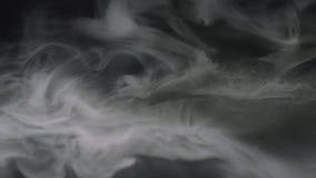 W g?r? chuch?w unosi si? w zmroku bielu dym Akcyjny materia? filmowy na Czer? zdjęcie royalty free