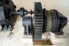 W g?r? czarnego metalu wielkiego gearwheel kontroluje zastawk? przy rzeki tam? zdjęcie royalty free