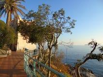 W g?r? du?ych fal ?ama na wybrze?u w Liguria, W?ochy, Europa fotografia stock