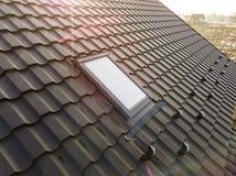 W g?r? nowego strychowego plastikowego okno instaluj?cego w shingled domu dachu Profesjonalnie robi? budynek i robot budowlany, d fotografia stock