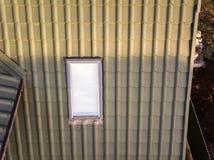 W g?r? nowego strychowego plastikowego okno instaluj?cego w shingled domu dachu Profesjonalnie robi? budynek i robot budowlany, d fotografia royalty free