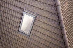 W g?r? nowego strychowego plastikowego okno instaluj?cego w shingled domu dachu Profesjonalnie robi? budynek i robot budowlany, d zdjęcia stock