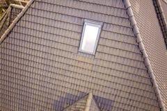 W g?r? nowego strychowego plastikowego okno instaluj?cego w shingled domu dachu Profesjonalnie robi? budynek i robot budowlany, d zdjęcia royalty free