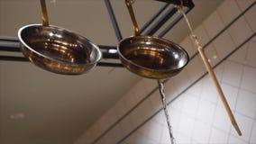 W g?r? r??nych kuchennych naczy? w restauracyjnym lub cukiernianym obwieszeniu na czarnym metalu crossbar Rama kuchnia kulinarni  obraz stock