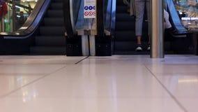 W g?r? pracuj?cego eskalatoru w centrum handlowym Nowo?ytny schody w wielkim centrum handlowym Eskalator wewn?trz zbiory wideo