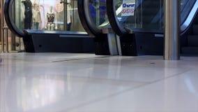 W g?r? pracuj?cego eskalatoru w centrum handlowym Nowo?ytny schody w wielkim centrum handlowym Eskalator wewn?trz zdjęcie wideo